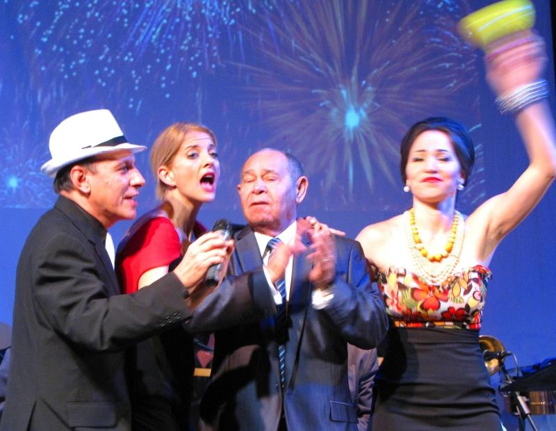 Gustavo Adolfo Ruiz, como Billo Frómeta, María Isabel González De Pool, la cronista de la obra,  Memo Morales y Judy Buendía como Emilita Dago recibiendo el Año Nuevo 2012