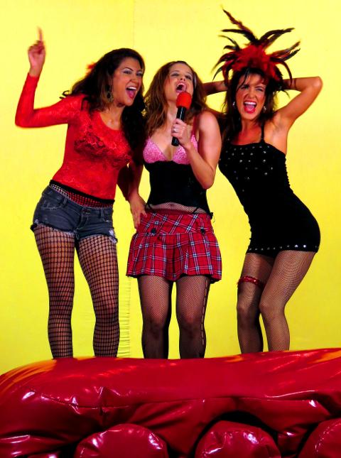 Susana López, Pakriti Maduro y Karina Velásquez interpretando la pieza teatral Sexo