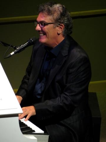 Ilan tocando el piano y cantandosu temaSabe a calidad