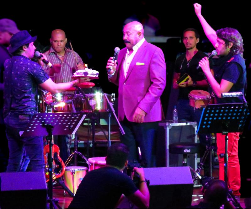 Oscar D' León celebrando sus 69 rodeado de juventud