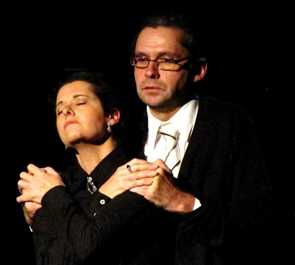 Hannah Arendt y Heirinch Blücher abrazados en la escena donde hablan de su amor