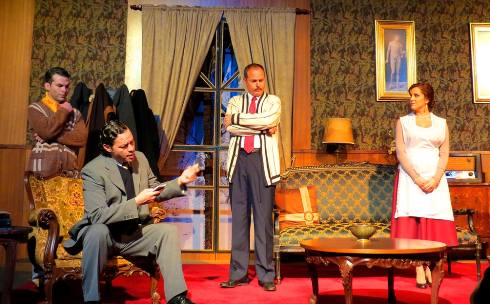 El inspector Trotter interrogando a Mollie, Giles y Christopher