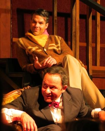 Paravicini y Christopher  sarcásticamente riéndose de los análisis del inspector Trotter