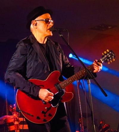 Yordano con su guitarra Rickenbacker roja