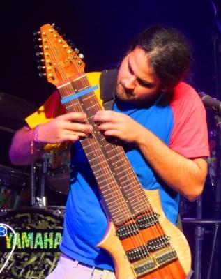 Felix Martín tappeando su guitarra de 14 cuerdas, diseñada por él mismo